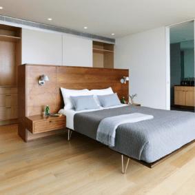 шкафы над кроватью в спальне фото декор