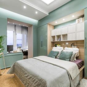 шкафы над кроватью в спальне фото декора