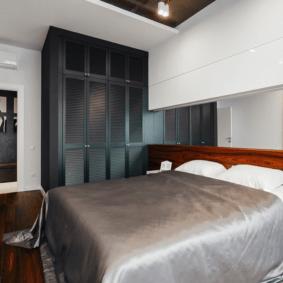 шкафы над кроватью в спальне фото интерьера