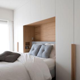 шкафы над кроватью в спальне идеи