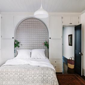 шкафы над кроватью в спальне интерьер фото