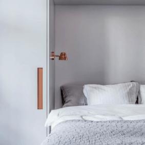 шкафы над кроватью в спальне оформление фото