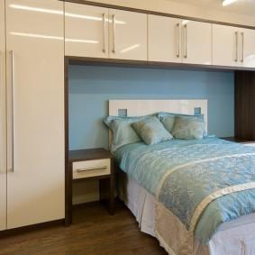 шкафы над кроватью в спальне виды идеи