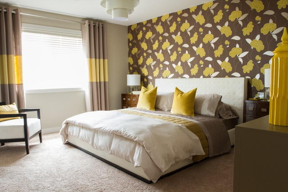 спальня в коричневых тонах с желтым
