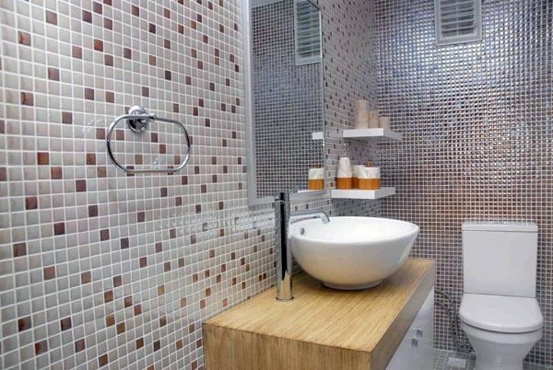 Облицовка стен туалета стеклянной мозаикой