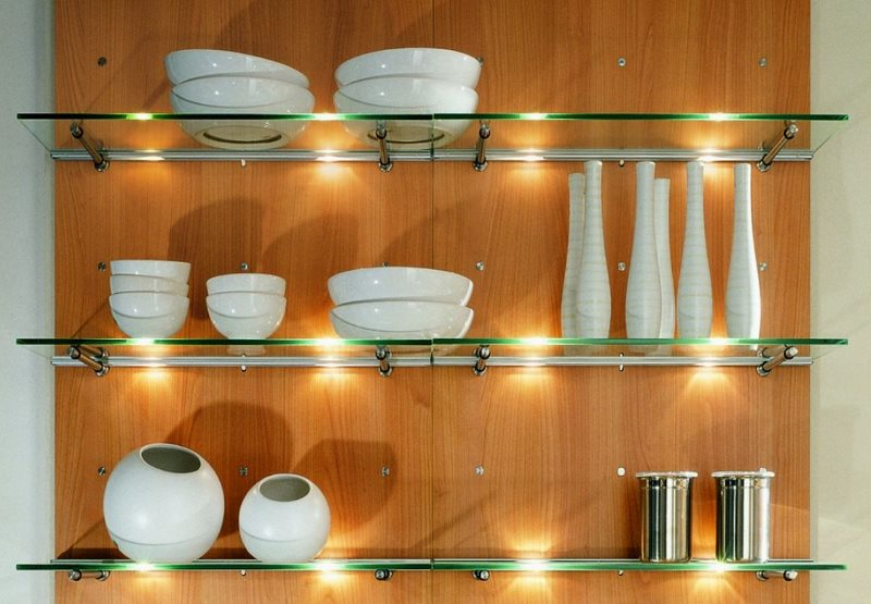Белая посуда на стеклянных полках