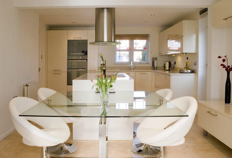 Стеклянный стол в кухне-гостиной современного стиля