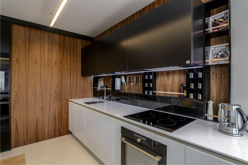 Листовые панели под дерево в кухни с линейным гарнитуром