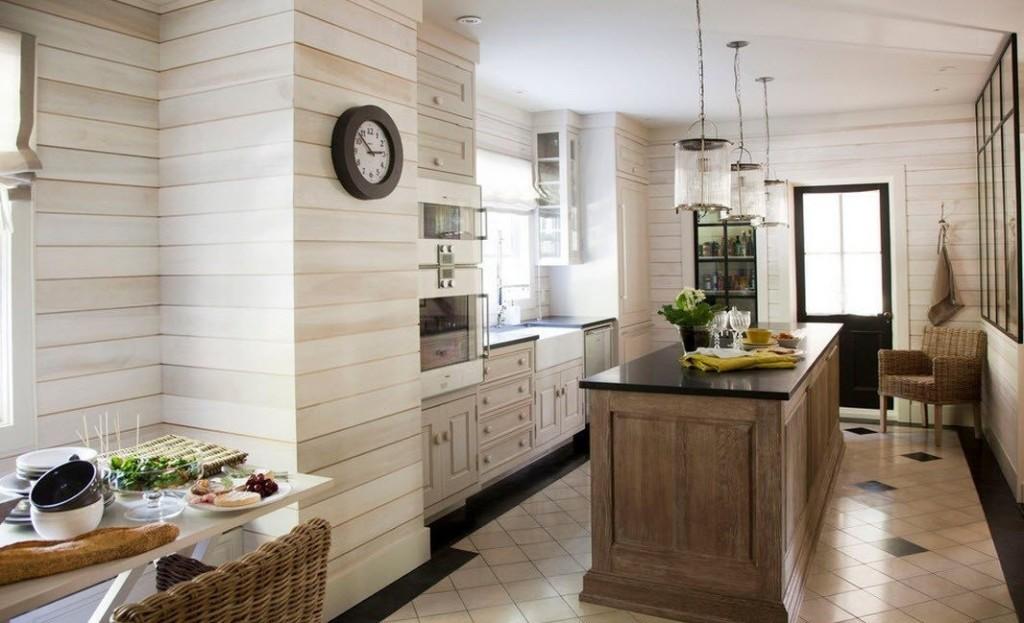 Горизонтальная обшивка стен кухни реечными панелями