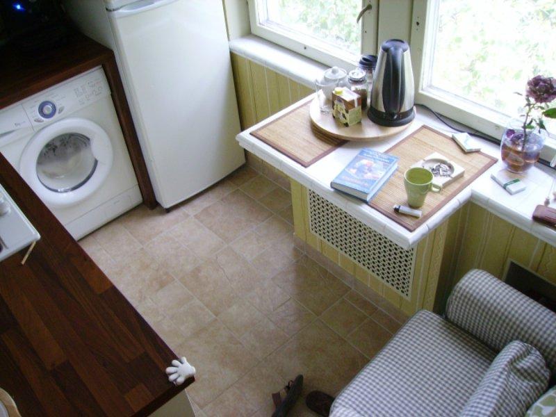 Стол-подоконник в кухне старой хрущевки