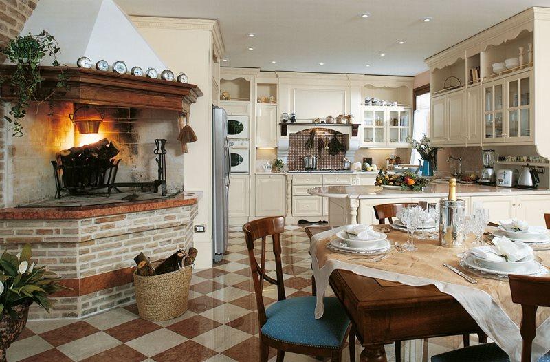 Камин в интерьере кухни загородного дома