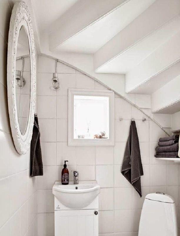 Крашенные ступени лестницы на потолке туалета