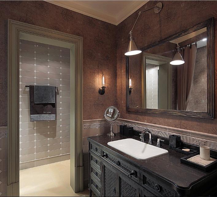 Светильник на регулируемом кронштейне над зеркалом в ванной