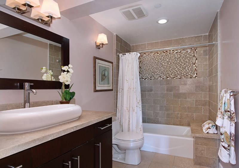 Плоский влагозащищенный светильник над ванной