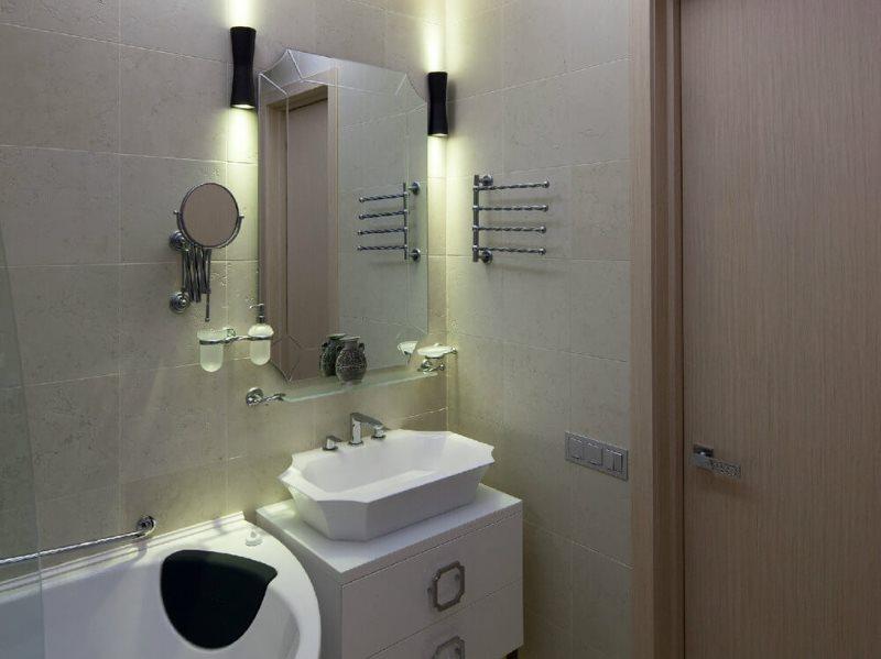 Настенные светильники по бокам зеркала в ванной