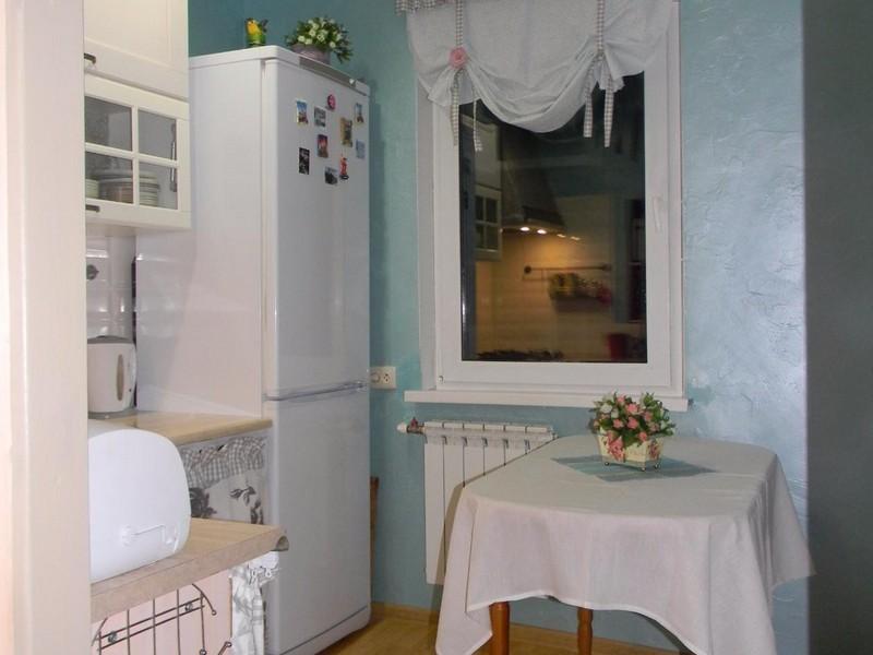 Белый холодильник в кухне хрущевки 5,5 квадратов