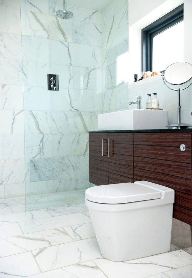 Светлая плитка на полу туалета с окном