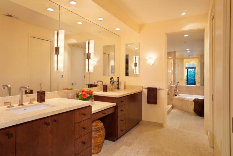Встроенные светильники на потолке ванной комнаты