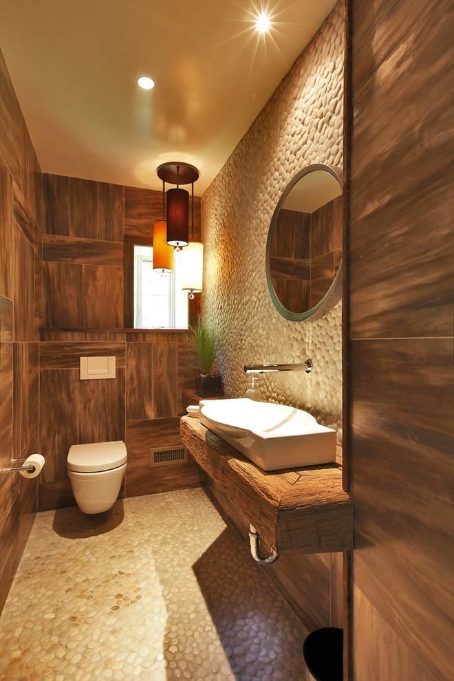 Светлый потолок в туалете с деревянной обшивкой стен