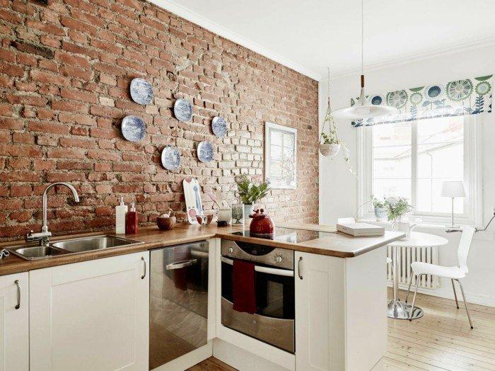 кухня с кирпичной стеной