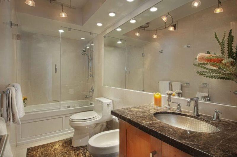 Потолок ванной комнаты с точечными светильниками