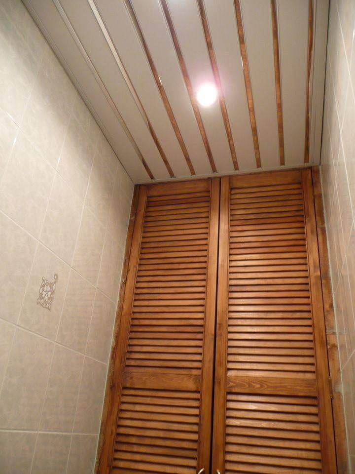 Встроенный светильник на реечном потолке туалета