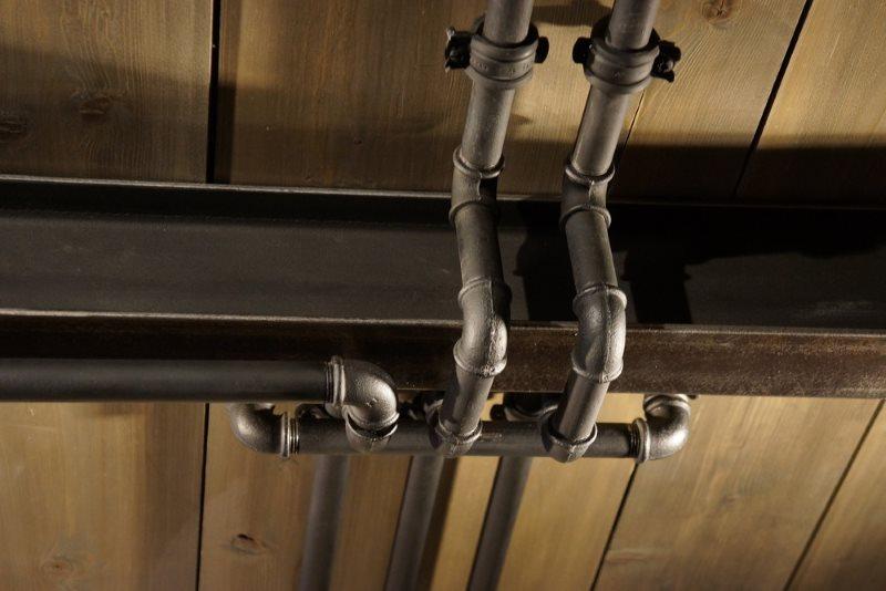 Стальные трубы на потолке туалета в стиле лофт