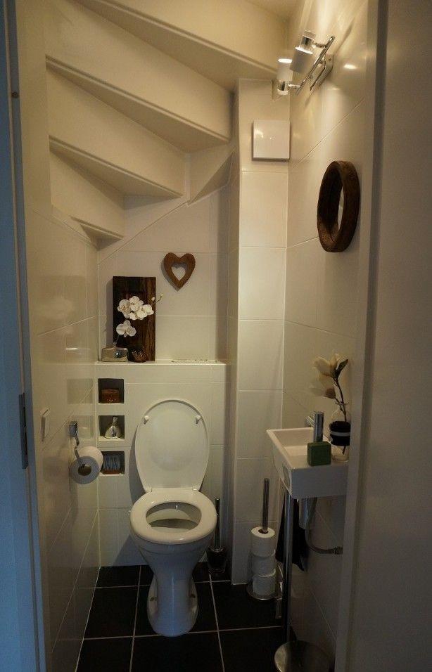 Интерьер туалета под винтовой лестницей
