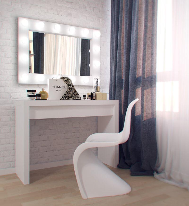 Белый туалетный столик около полупрозрачной шторы