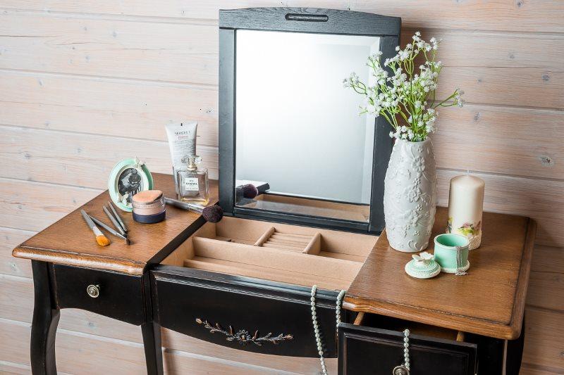 Деревянный столик с подъемным зеркалом