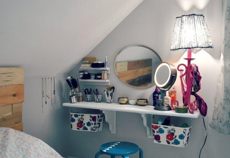 Настенный туалетный столик в спальне мансардного помещения