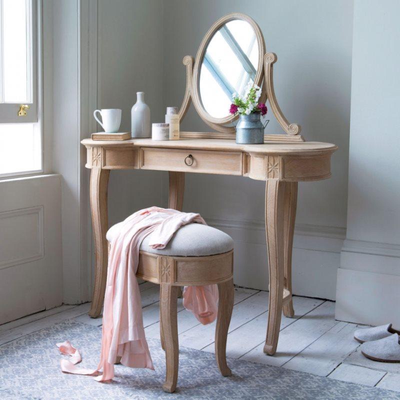 Туалетный столик с гнутыми ножками для молодой девушки