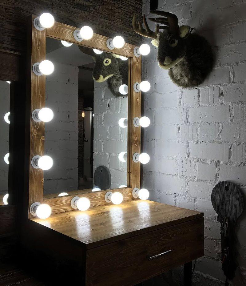 Матовые лампочки по периметру зеркала туалетного столика