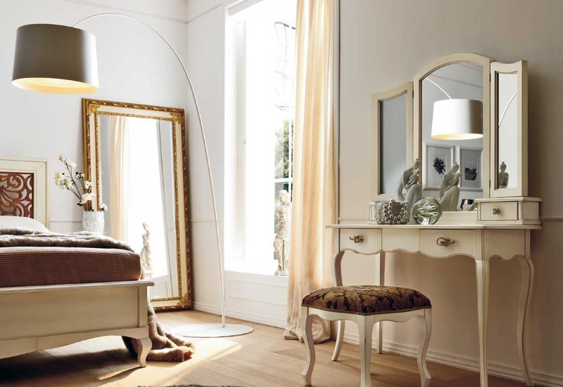 Большое зеркало на полу спальни с туалетным столиком