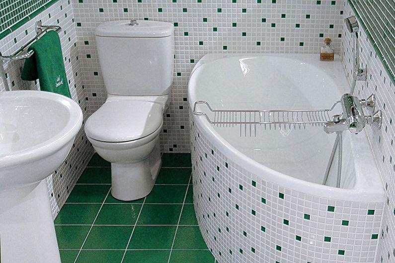 Компактная угловая ванна рядом с унитазом