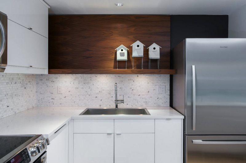 Угловой гарнитур в стиле модерн на кухне городской квартиры