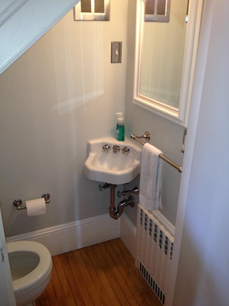 Угловой рукомойник в туалете деревянного дома