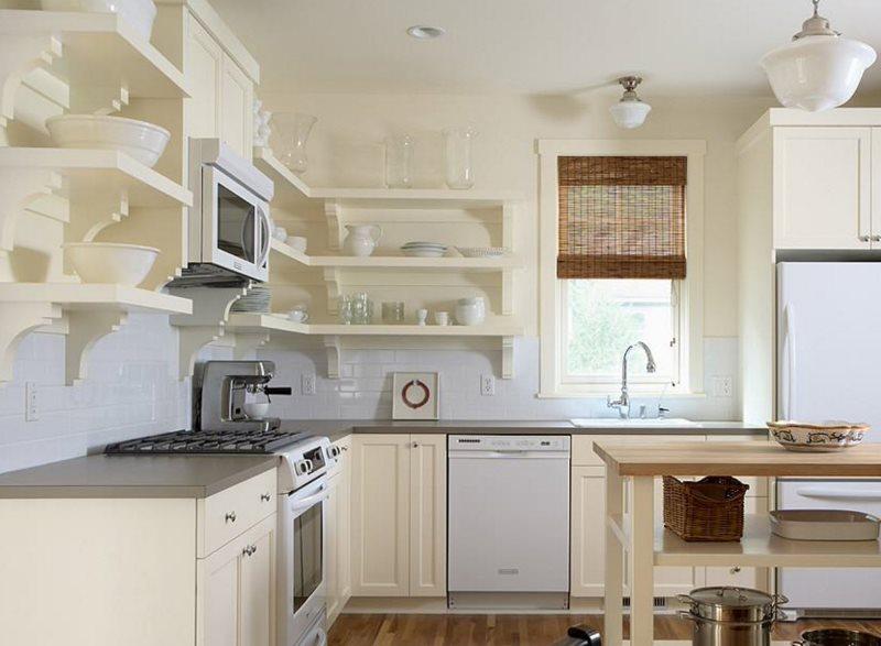 Белые угловые полки в кухне загородного дома
