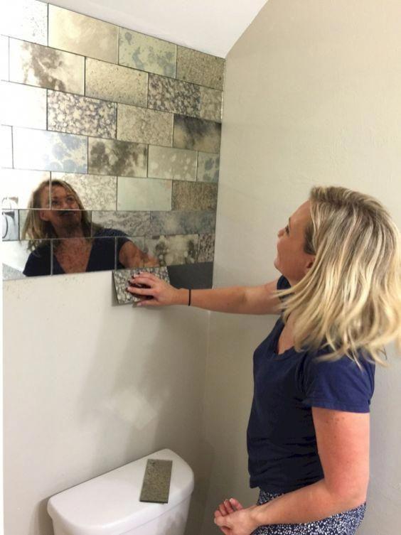Декор зеркальной плиткой стены над унитазом