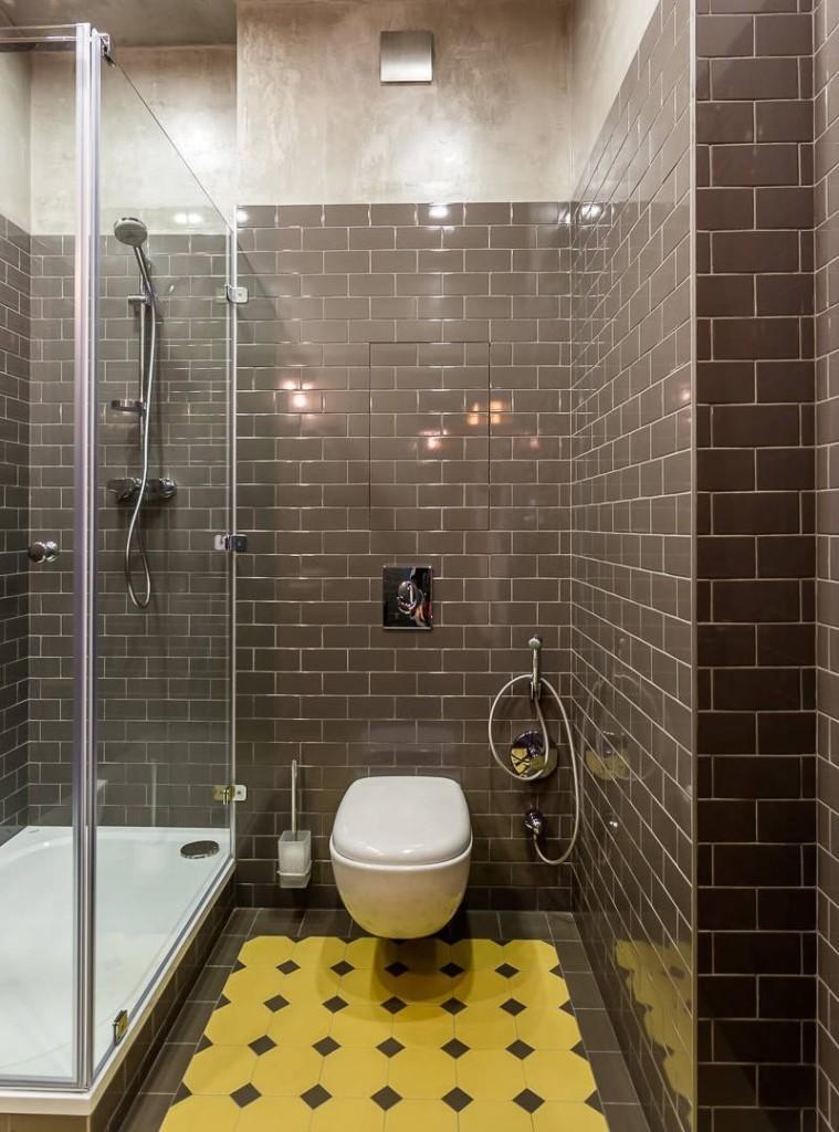Белый унитаз на стене ванной комнаты