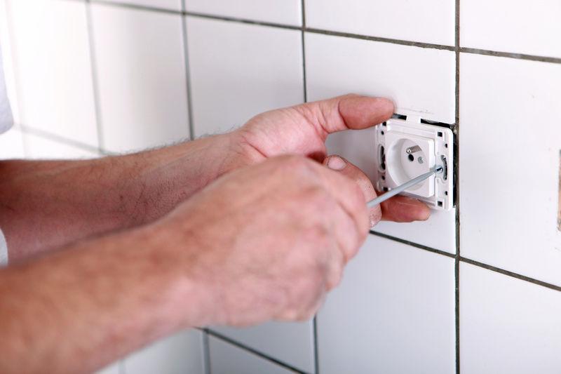 Монтаж розетки на стене с кафельной плиткой