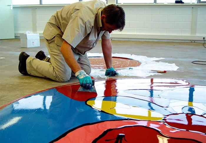 Нанесение полимерного слоя наливного пола на рисунок из акрила