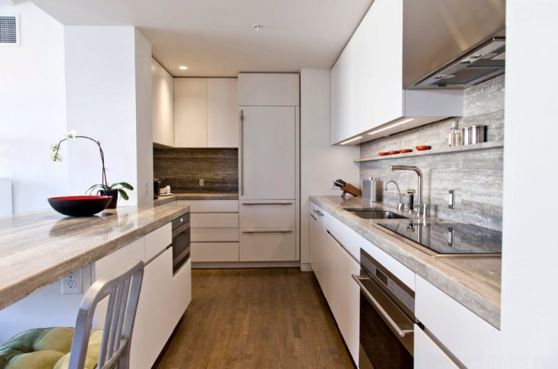 Белый гарнитур модерн для кухни узкой формы