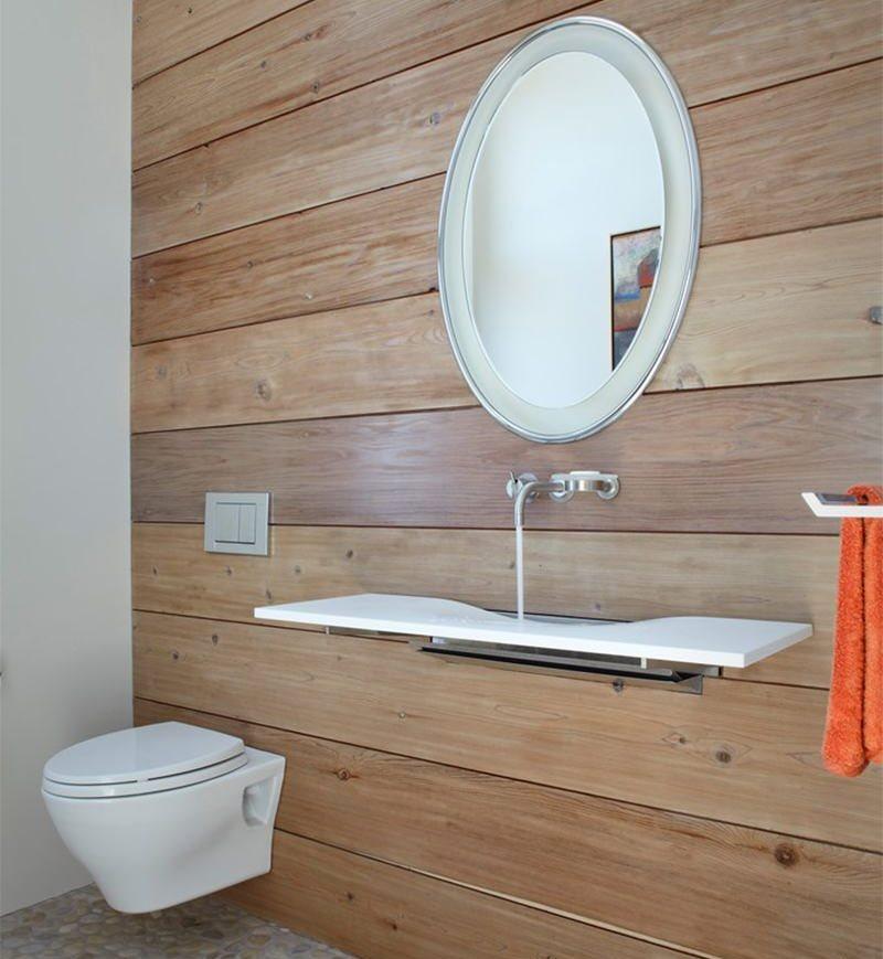 Узкая раковина в туалете с деревянными стенами