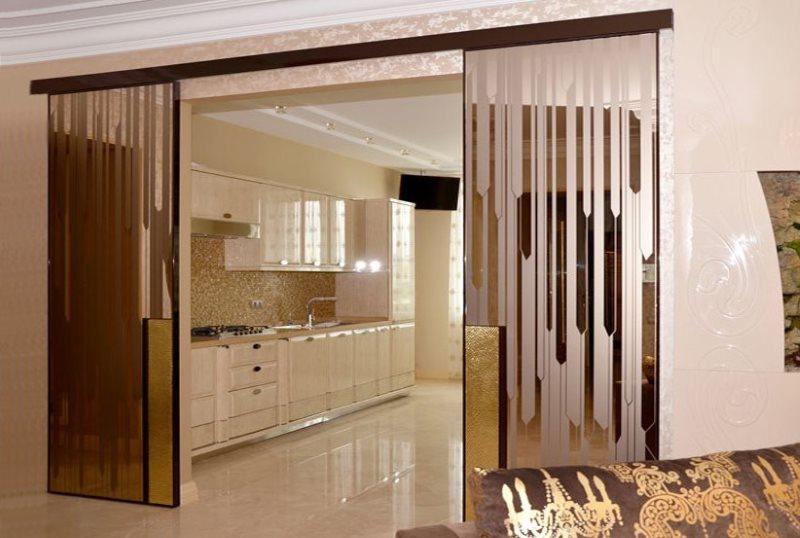 Узорчатая стеклянная перегородка между гостиной и кухней
