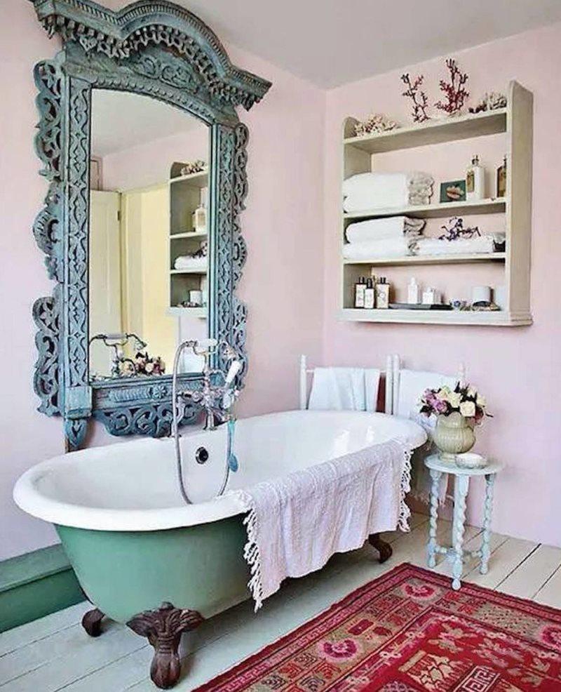 Чугунная ванна на лапах под зеркалом с резной рамой