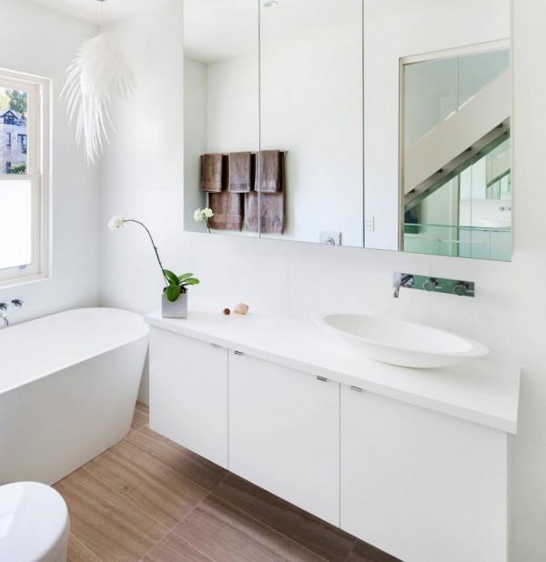 зеркальный шкафчик в ванной комнате