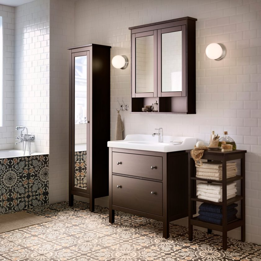 ванная комната с зеркальным шкафчиком