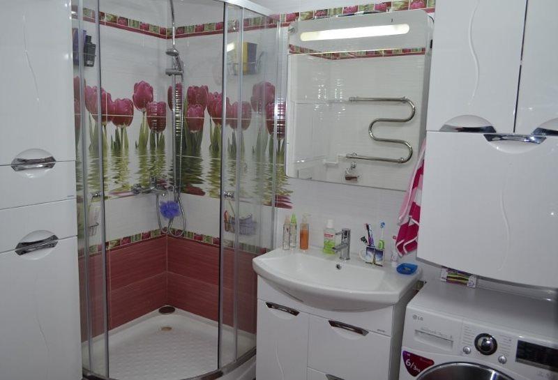 Компактное расположение техники в ванной после ремонта