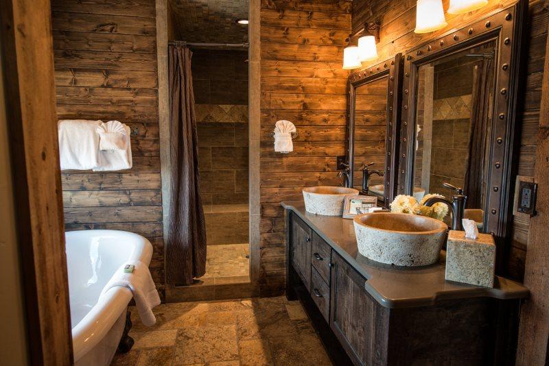 Дизайн ванной в деревянном доме с керамическим полом